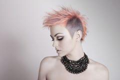 Giovane donna attraente con un'acconciatura punk fotografia stock
