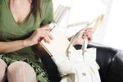 Giovane donna attraente con un libro Immagini Stock Libere da Diritti