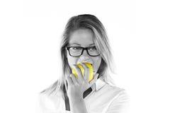 Giovane donna attraente con una mela Fotografia Stock