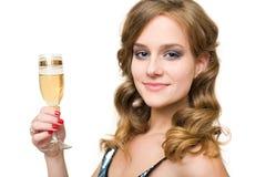 Giovane donna attraente con vetro di champagne. Immagine Stock