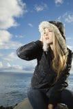 Giovane donna attraente da Ocean fotografia stock libera da diritti
