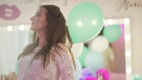 Giovane donna attraente dei capelli biondi che gode dei arouns sorridenti di tornitura dell'atmosfera di celebrazione del partito archivi video