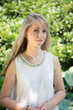Giovane donna attraente del ritratto nel giardino Immagini Stock Libere da Diritti