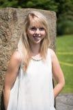 Giovane donna attraente del ritratto nel giardino Fotografia Stock