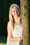 Giovane donna attraente del ritratto nel giardino Immagine Stock