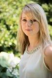 Giovane donna attraente del ritratto nel giardino Immagine Stock Libera da Diritti