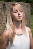 Giovane donna attraente del ritratto nel giardino Fotografia Stock Libera da Diritti