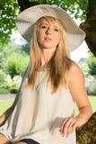 Giovane donna attraente del ritratto nel giardino Immagini Stock