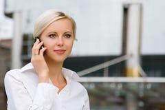 Giovane donna attraente di affari Immagini Stock