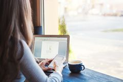 Giovane donna attraente di affari che lavora al computer portatile in caffè Fotografie Stock Libere da Diritti