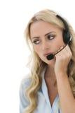 Giovane donna attraente di affari che per mezzo di una cuffia avricolare del telefono Fotografia Stock