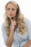 Giovane donna attraente di affari che per mezzo di una cuffia avricolare del telefono Immagine Stock Libera da Diritti