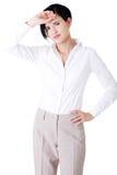 Giovane donna attraente di affari con la mano sulla fronte. Immagini Stock