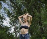 Giovane donna attraente di misura che allunga prima dell'allenamento di esercizio, Immagini Stock Libere da Diritti
