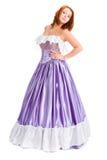 Giovane donna attraente in di vestito da palla colorato di lillà lungo Immagine Stock
