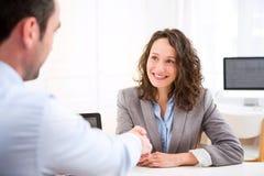 Giovane donna attraente durante l'intervista di lavoro Fotografie Stock