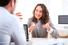 Giovane donna attraente durante l'intervista di lavoro Immagine Stock Libera da Diritti