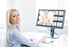 Giovane, donna attraente e sicura che lavora nell'ufficio Fotografia Stock Libera da Diritti