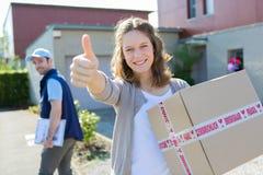 Giovane donna attraente felice di ricevere pacchetto Fotografia Stock Libera da Diritti