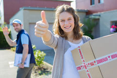 Giovane donna attraente felice di ricevere pacchetto Immagine Stock