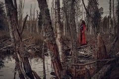 Giovane donna attraente in foresta Fotografia Stock Libera da Diritti