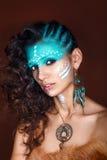 Giovane donna attraente in gioielli etnici Chiuda sul ritratto Bello sciamano della ragazza Ritratto di una donna con un fronte d Immagini Stock