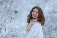Giovane donna attraente nell'orario invernale all'aperto Fotografia Stock Libera da Diritti