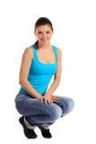 Giovane donna attraente nella posizione accovacciare Immagini Stock