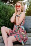 Giovane donna attraente Occhiali da sole rossi, vestito da colore Ritratto della giovane donna fotografie stock libere da diritti