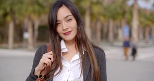 Giovane donna attraente premurosa video d archivio