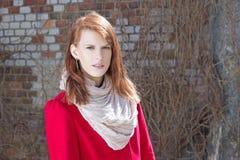 Giovane donna attraente sopra il muro di mattoni Fotografia Stock