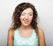 Giovane donna attraente - sorriso e felice sopra fondo bianco Fotografia Stock Libera da Diritti