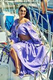 Giovane donna attraente su un yacht un giorno di estate immagine stock