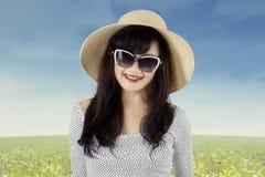 Giovane donna attraente sul prato 1 Fotografia Stock