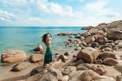 Giovane donna attraente sulla bella spiaggia Fotografia Stock Libera da Diritti