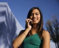 Giovane donna attraente sulla cella Immagini Stock Libere da Diritti