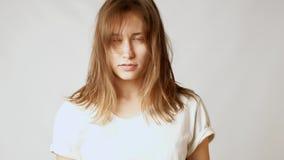 Giovane donna attraente triste circa capelli sudici ed i colpi lunghi video d archivio