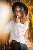 Giovane donna attraente in un colpo autunnale all'aperto Bella ragazza alla moda della scuola che posa nel parco con le foglie sb Fotografie Stock Libere da Diritti