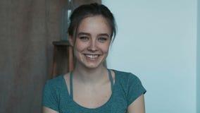 Giovane donna attraente in un movimento lento felice sorridente della ragazza della persona di modo di tatto della piccola dello  archivi video