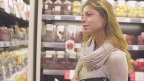 Giovane donna attraente in un supermercato stock footage