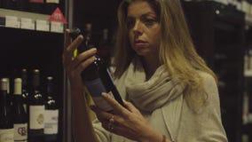 Giovane donna attraente in un supermercato archivi video