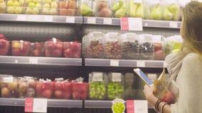 Giovane donna attraente in un supermercato video d archivio