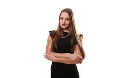 Giovane donna attraente in un vestito nero che sorride e che esamina c Fotografia Stock