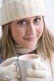 Giovane donna attraente in una protezione del Knit fotografie stock libere da diritti