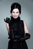 Giovane donna attraente in vestito nero fotografie stock libere da diritti