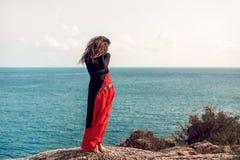 Giovane donna attraente in vestito rosso all'aperto Fotografia Stock