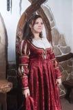 Giovane donna attraente in vestito rosso nel retro stile Fotografie Stock Libere da Diritti