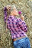 Giovane donna attraente vicino al mucchio di fieno immagini stock