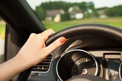 Giovane donna in automobile Fotografie Stock Libere da Diritti