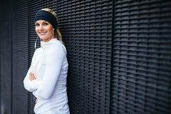 Giovane donna bella in abiti sportivi che sembrano felici Fotografia Stock Libera da Diritti